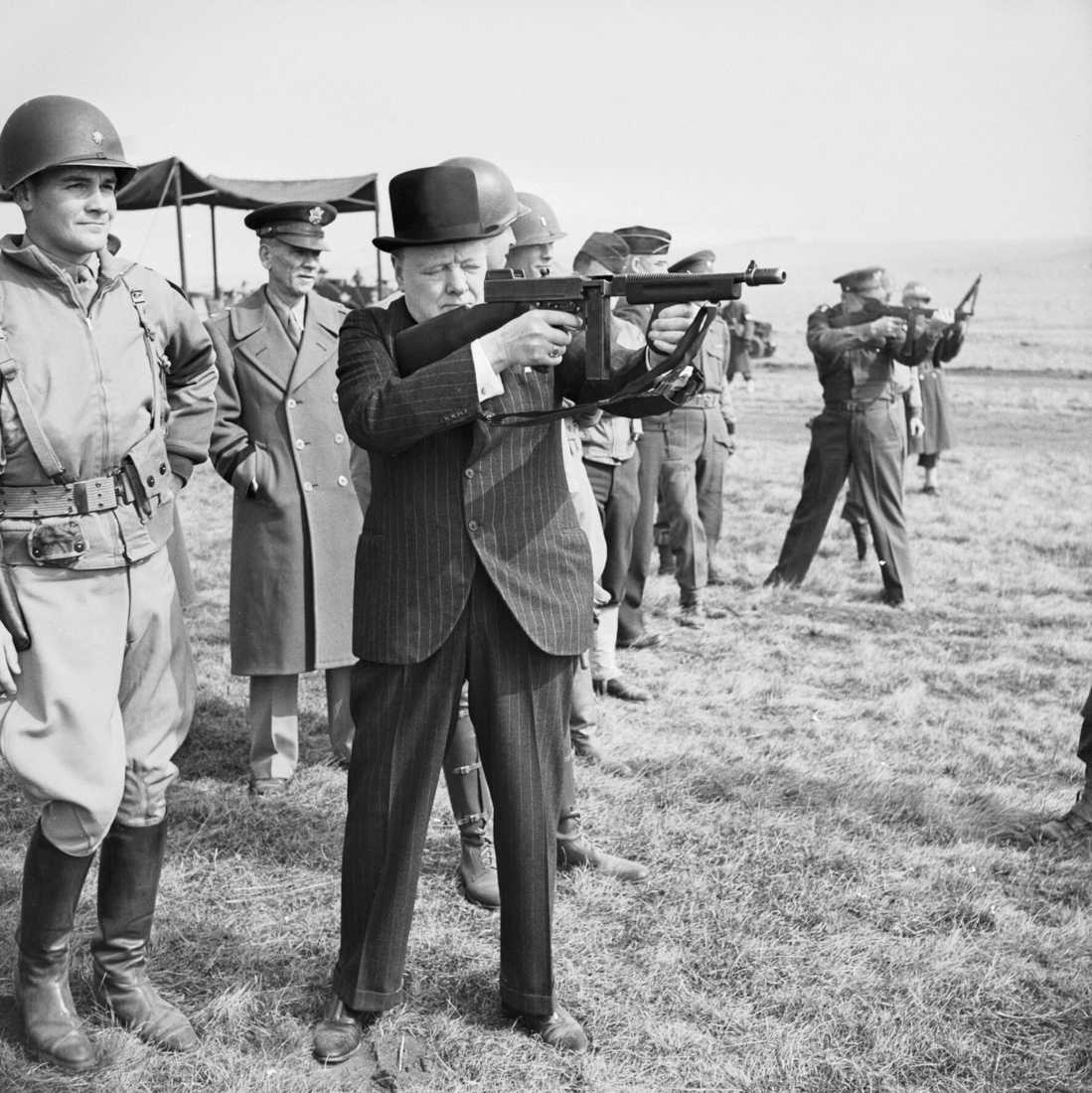 Winston_Churchill_fires_a_Thompson_submachine_gun_alongside_the_Allied_Supreme_Commander-_General_Dwight_D_Eisenhower-_during_an_inspection_of_US_invasion_forces-_March_1944._H36960-1